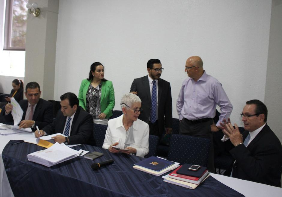 Adela de Torrebiarte y los miembros del Comité de Regularización de la Fedefutbol. (Foto: Luis Barrios/Soy502)