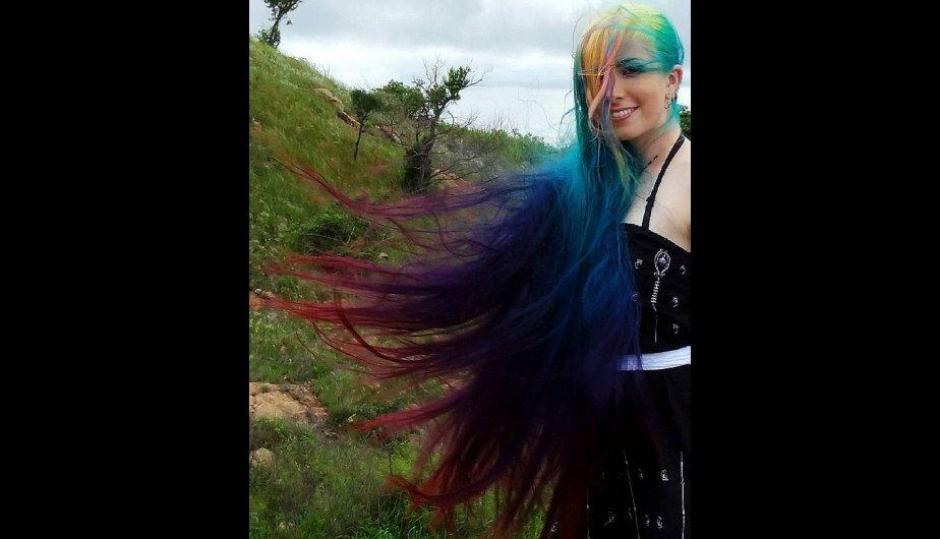Suele sorprender a sus seguidores cuando decide pintar su cabello que llega a medir 1 metro y 21 centímetros de largo. (Foto: Treelocks/Instagram)