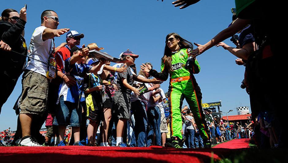 Danica Patrick es admirada por miles de fanáticos dentro y fuera de las pistas de automovilismo en Estados Unidos. (Foto: AFP)