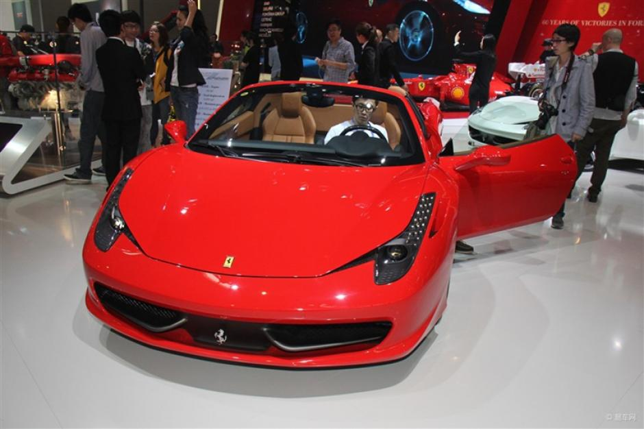 Ferrari California T:Los visitantes admiran el Ferrari California T durante la decimotercer Exhibición Internacional Automotriz de Beijing. (Foto:china.org.cn)