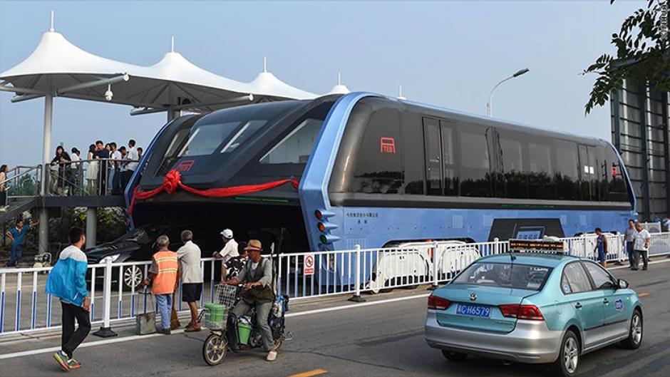 El autobús es capaz de pasar por encima de otros automóviles y así evitar los atascos. (Foto: cnnespanol)