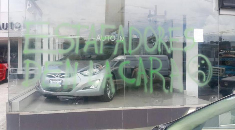 Las instalaciones de Auto Millenium se encuentran pintadas con aerosol, posiblemente por un cliente molesto. (Foto: Facebook)