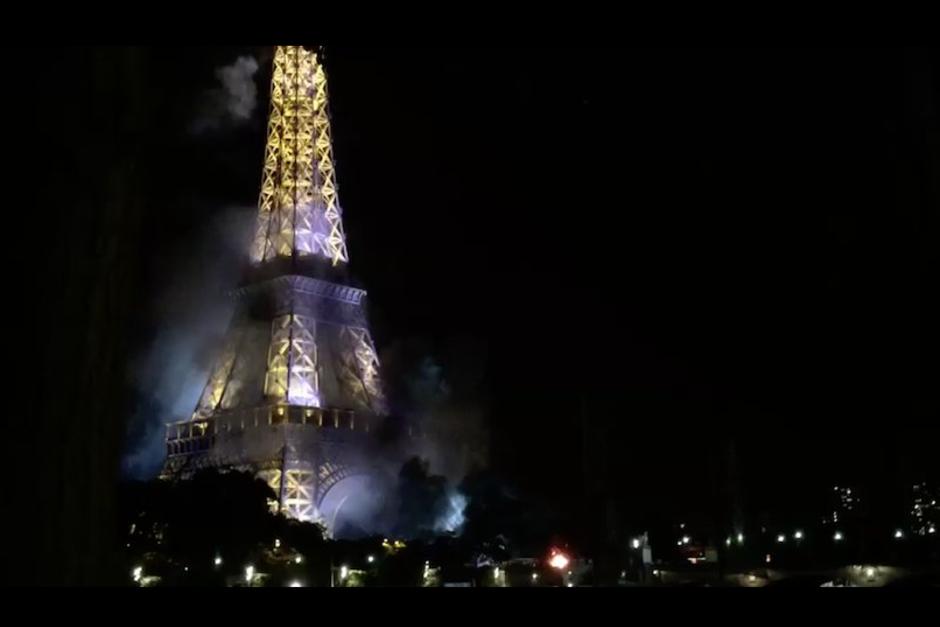 Otras imágenes de la Torre Eiffel conmocionaron a la población al ver que sus bases ardían en llamas provocadas por juegos pirotécnicos. (Foto: actualidadrt)