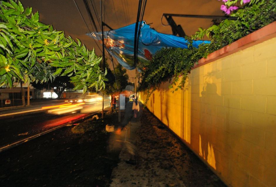 La valla salió del límite del terreno donde está colocada. (Foto: Byron de la Cruz/NuestroDiario)