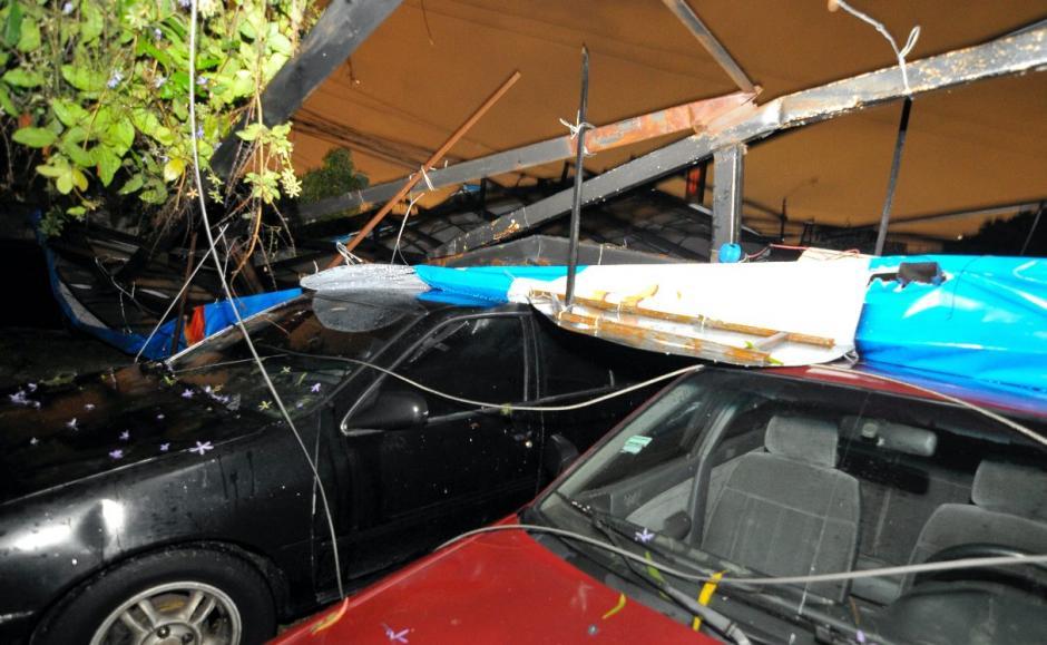 Varios vehículos quedaron bajo la valla. (Foto: Byron de la Cruz/NuestroDiario)