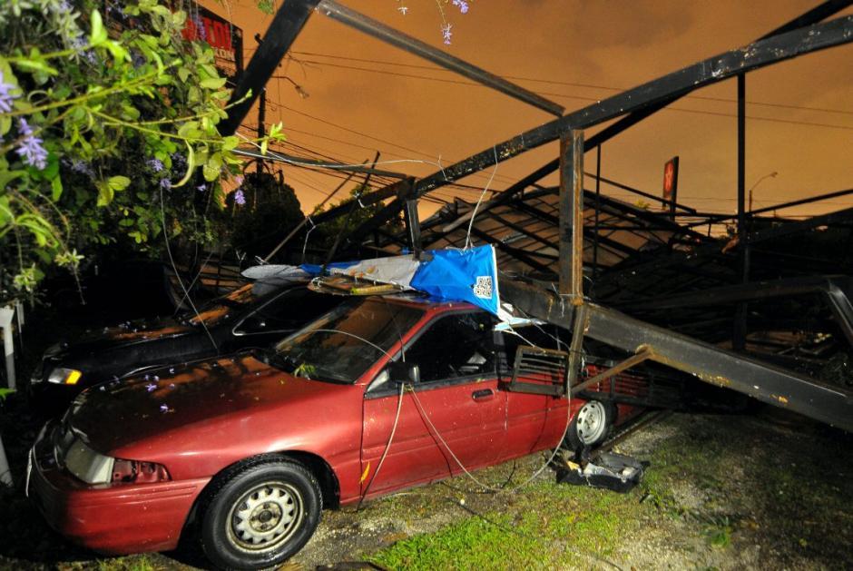 Dos vehículos quedaron casi inservibles. (Foto: Byron de la Cruz/NuestroDiario)