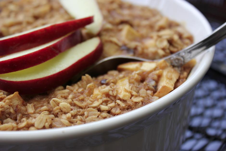 Otro desayuno que puedes preparar con rapidez es avena con manzana. (Foto: autoframa.wordpress.com)