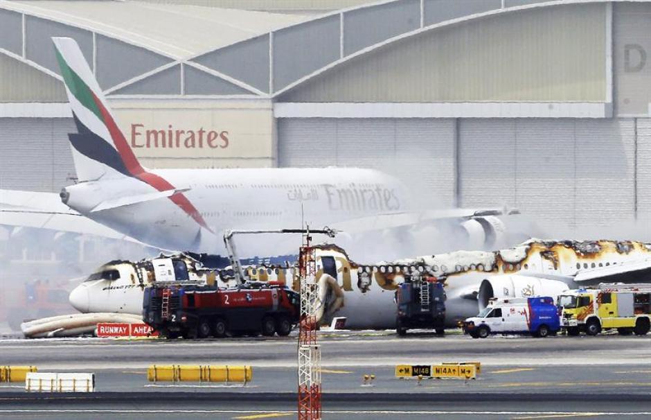 Vista del avión de la compañía Emirates Airlines procedente de la India tras sufrir un accidente al aterrizar en el Aeropuerto. (Foto: EFE)