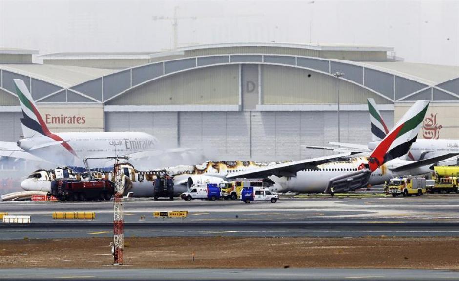 Un avión procedente de India sufrió un accidente luego de su aterrizaje en Dubái. (Foto: EFE)