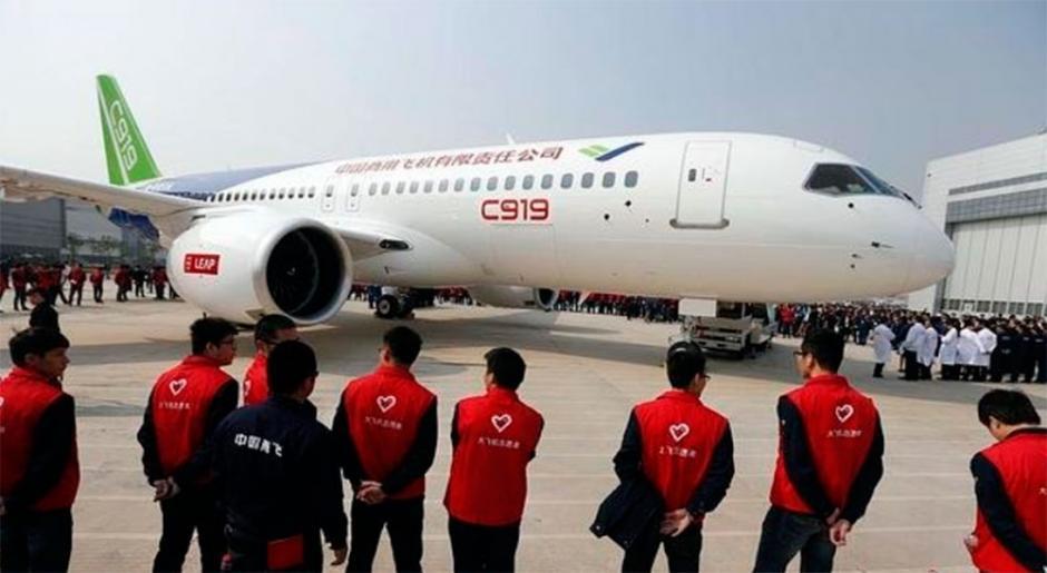 El conglomerado estatal creado en 2008 para materializar el proyecto, la Corporación de Aeronaves Comerciales de China (COMAC) mostró hoy en Shanghái el primer aparato construido en la planta de montaje. (Foto: info7.com)