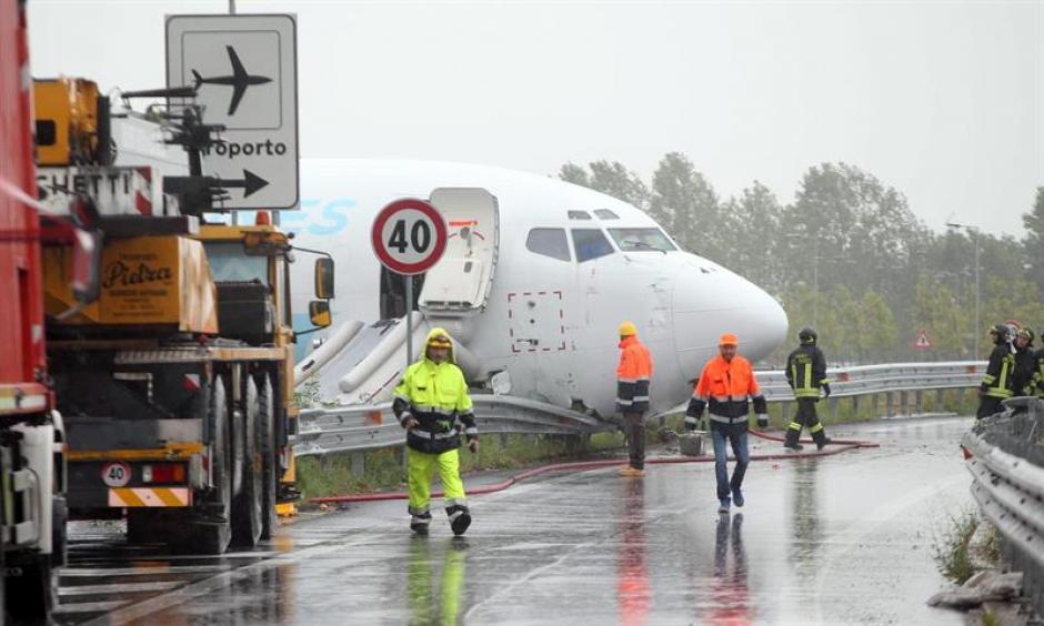 Un avión de carga se salió de la pista tras aterrizar la pasada madrugada en el aeropuerto italiano de Bergamo. (Foto: EFE)