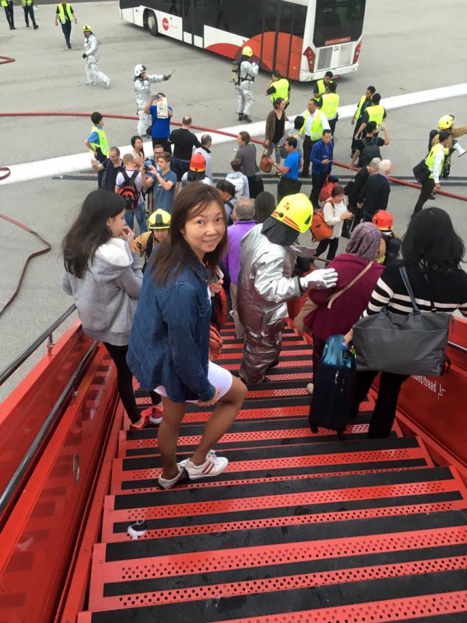Poco a poco los pasajeros abandonan el avión. (Foto: premiummall.sg/Facebook)