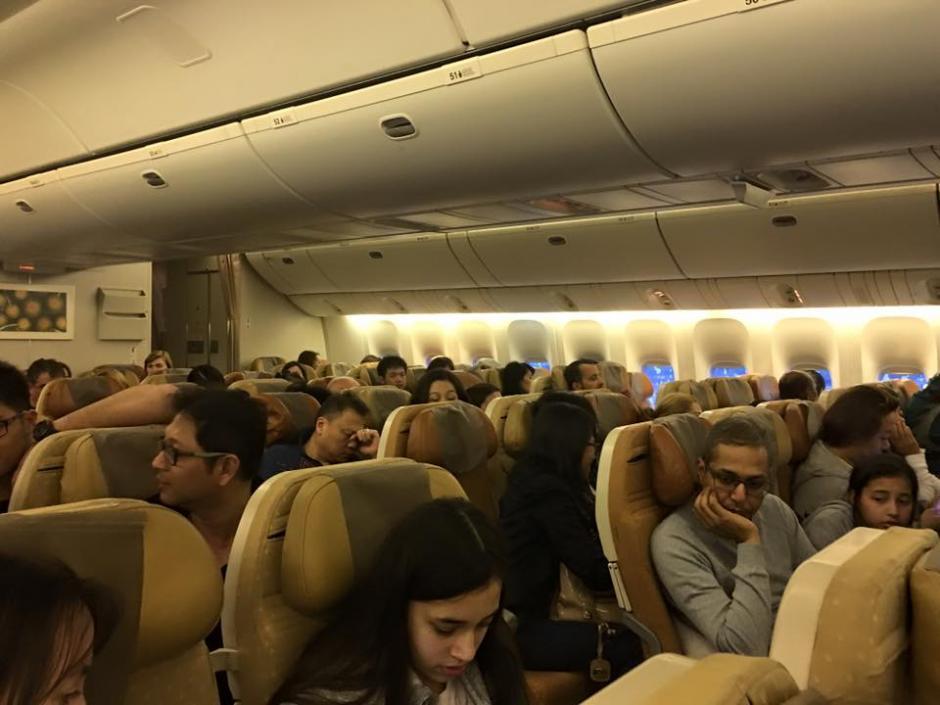 Los pasajeros esperaban ansiosos las instrucciones de la tripulación. (Foto: premiummall.sg/Facebook)