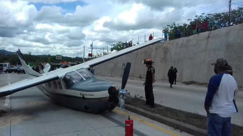 La carretera permanece cerrada por combustible derramado. (Foto: Bomberos Municipales Departamentales)