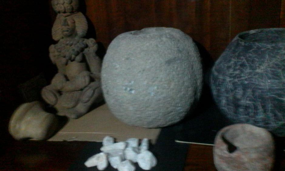 La PNC localizó más de 30 piezas arqueológicas que serán analizadas para determinar si son originales. (Foto: PNC)