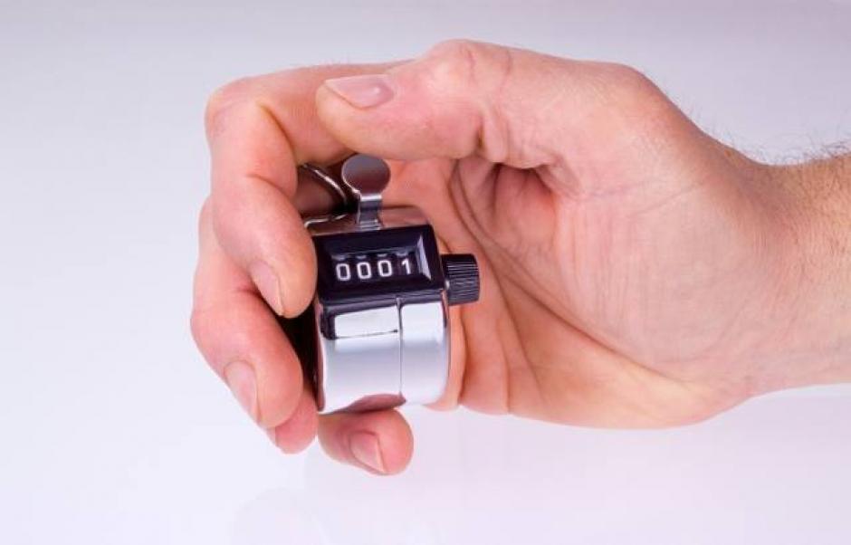 Ocultan el contador de clicks con las manos hacia atrás para no llamar la atención de los pasajeros. (Foto: elsalvador.com)