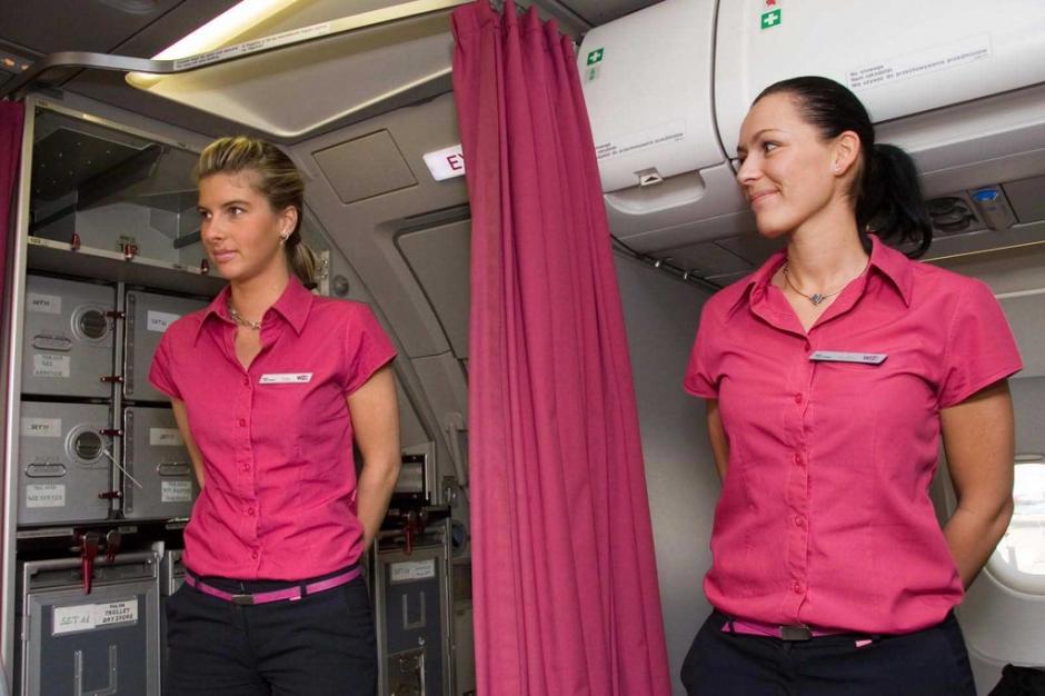 Curiosamente, las azafatas reciben a los pasajeros con las manos hacia atrás. (Foto: quisqueyainformativa.com)