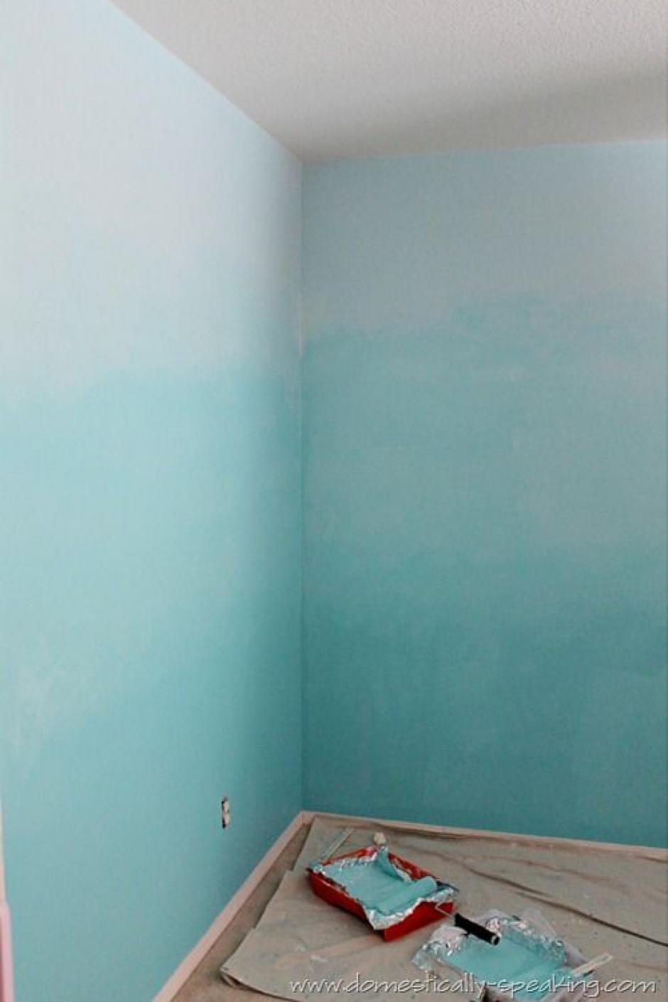 Juega con los azules.Crea un degradado con diferentes tonos de azul claro para que la habitación parezca más alta. Además este color que transmite serenidad, armonía y tranquilidad mental, por lo que es ideal para aquellos espacios en los que desees relajarte.