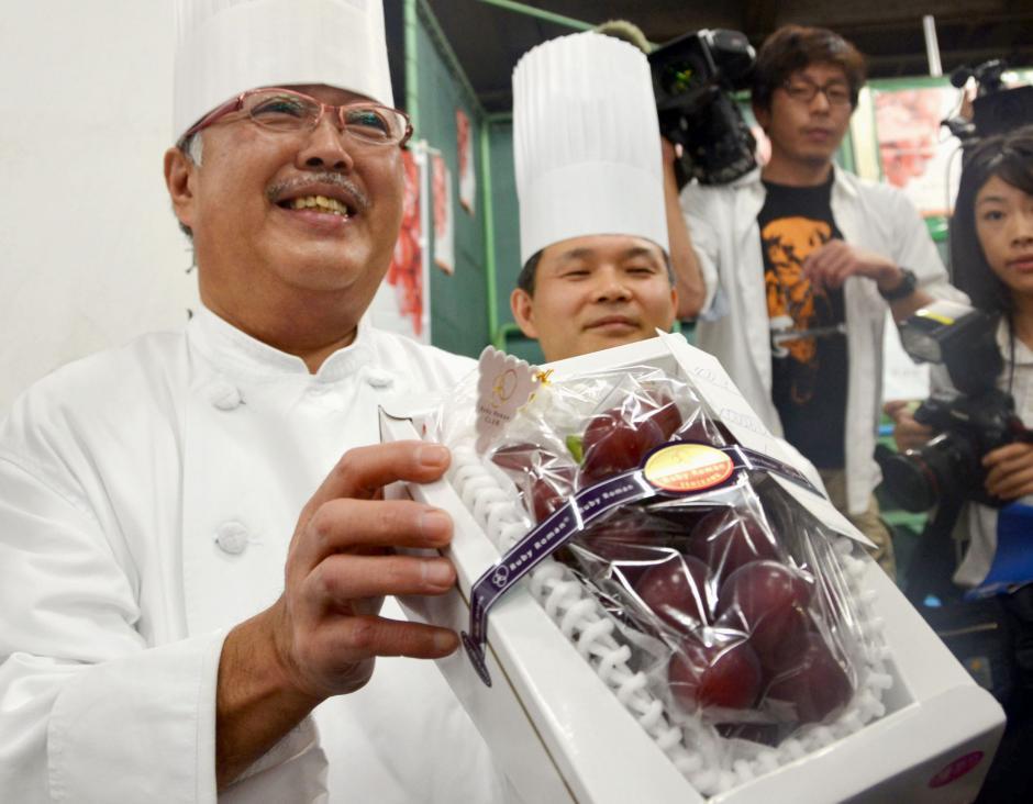 El racimo fue vendido en 1.1 millones de yenes (cerca de 83 mil quetzales). (Foto: japantimes.co)