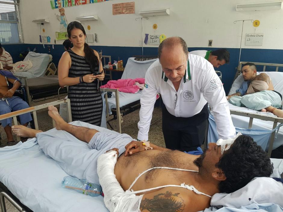Raúl Cueto cónsul de México en Quetzaltenango verificó la situación de los mexicanos accidentados. (Foto:Cortesía Edwin Guzmán)