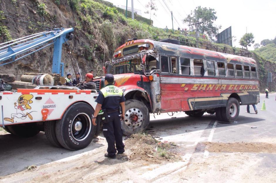 Las autoridades de tránsito retiran la unidad accidentada en la ruta Interamericana. (Foto: Fredy Hernández/Soy502)