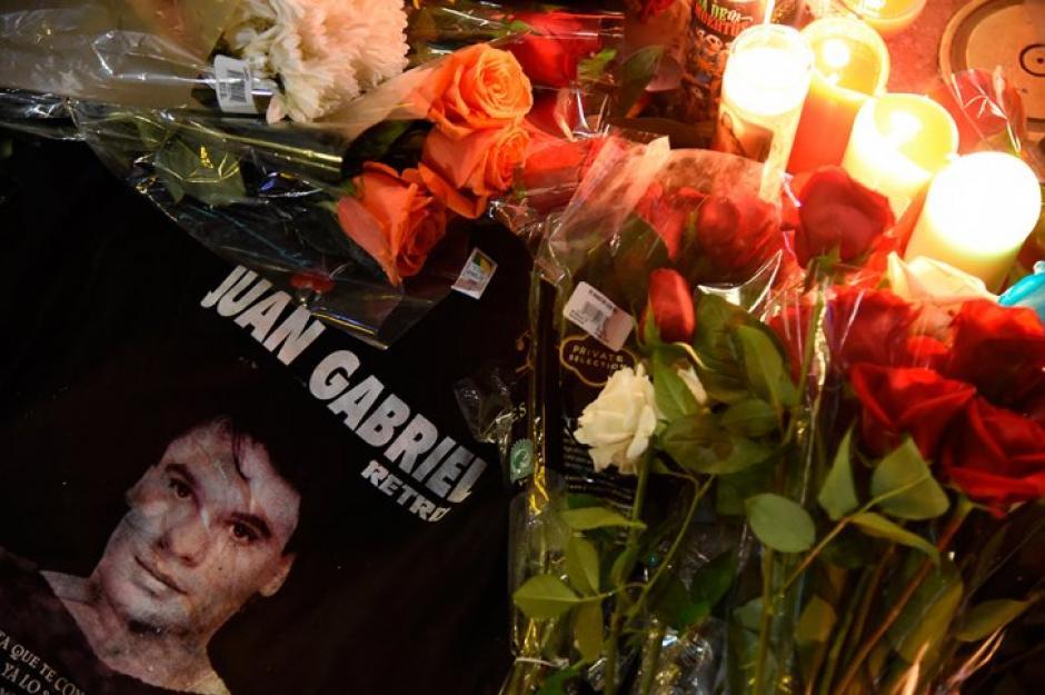 Las flores y velas acompañaron el luto por la muerte de Juan Gabriel. (Foto: AFP)