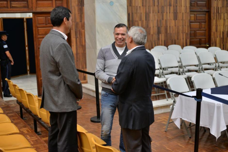 El expresidente Pérez Molina habla con Rudy Gallardo y Juan de Dios Rodríguez. (Foto: Wilder López/Soy502)