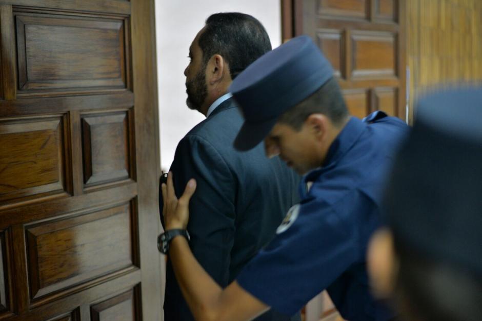 Guardias del Sistema Penitenciario revisaron al exministro de Gobernación, Mauricio López Bonilla. (Foto: Wilder López/Soy502)