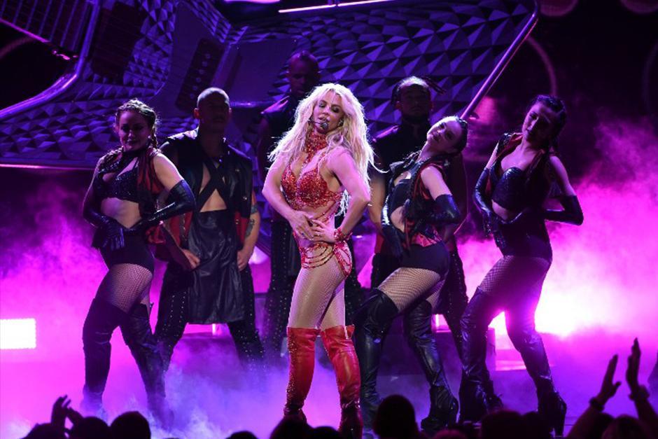 Britney fue la encargada de abrir el espectáculo la noche del domingo. (Foto: AFP)