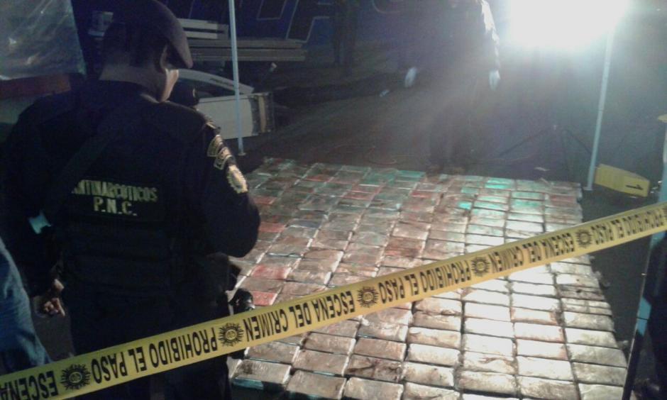 La droga fue decomisada en el kilómetro 15.5 en jurisdicción de Villa Nueva.  (Foto: PNC)