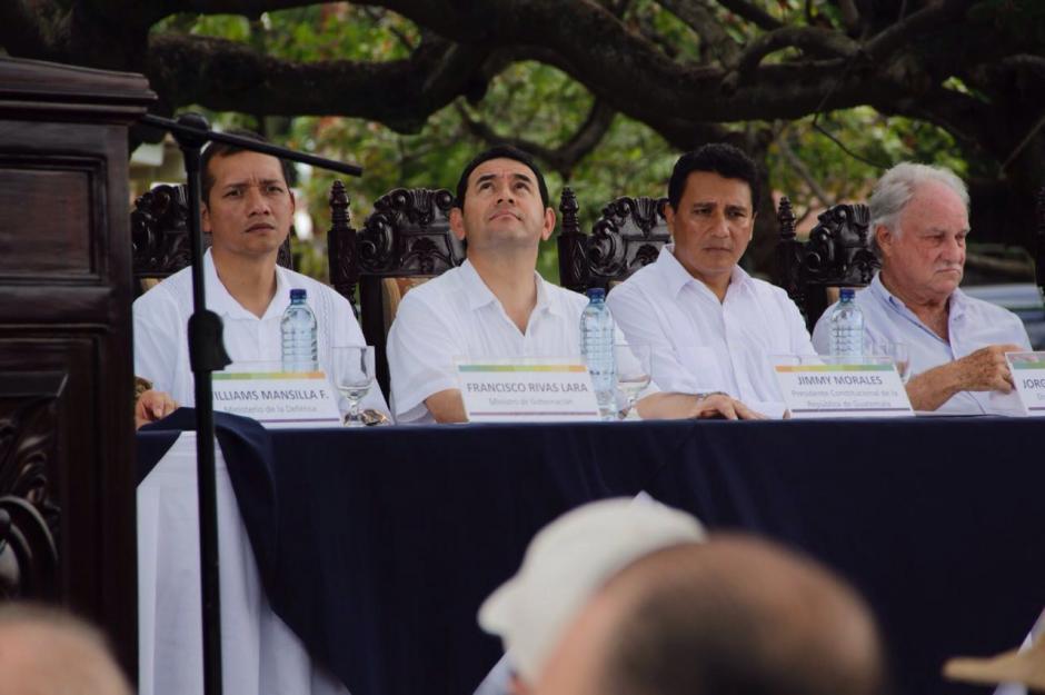 El Intendente de la SAT y el Ministro de Gobernación acompañaron a Morales en la inauguración del aeródromo.  (Foto: Fredy Hernández/Soy502)