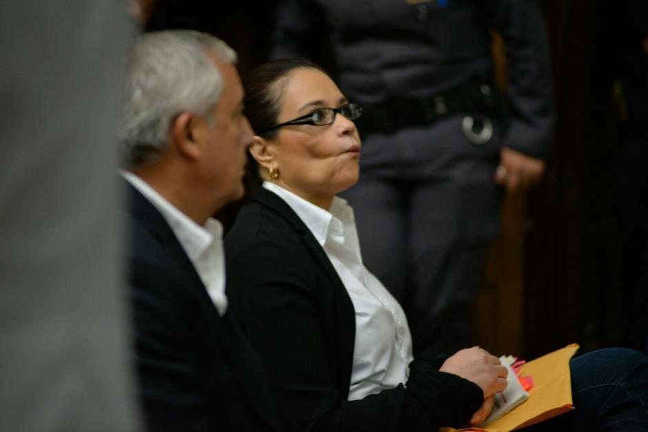 La exfuncionaria Roxana Baldetti hace gestos previo al inicio de la audiencia. (Foto: Wilder López/Soy502)