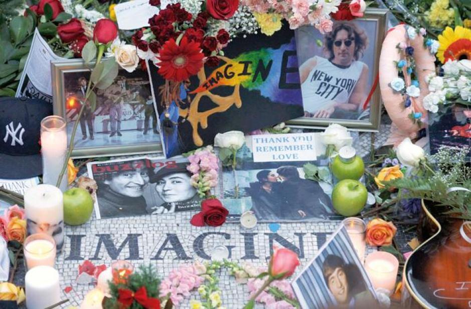 El lugar donde fue asesinado Lennon es visitado por fánaticos de todo el mundo.