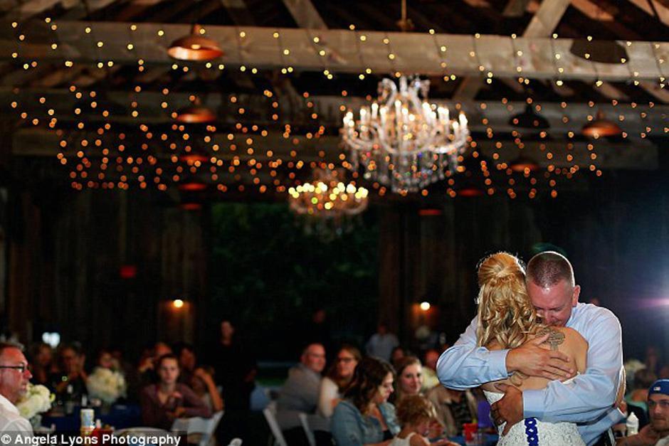 Todos los invitados vivieron el hermoso momento junto a la novia. (Foto: DailyMail)
