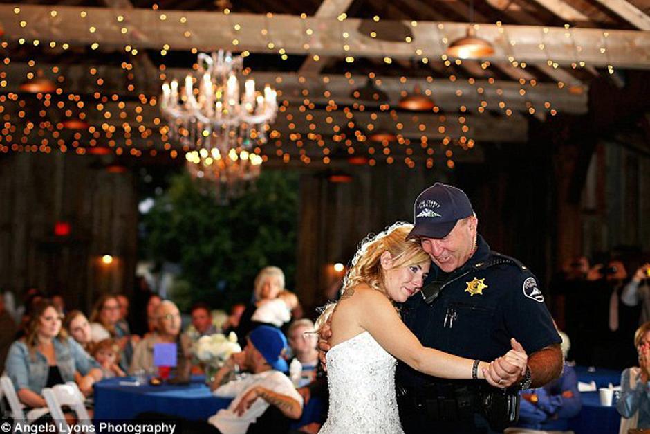 La novia empezó a llorar cuando vio la línea de oficiales a la espera de bailar con ella en la recepción. (Foto: DailyMail)