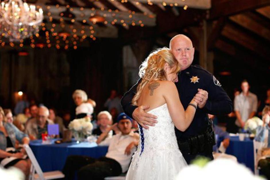Amigos y compañeros de su padre bailan el primer vals con la novia Kristen Mundell. (Foto: DailyMail)