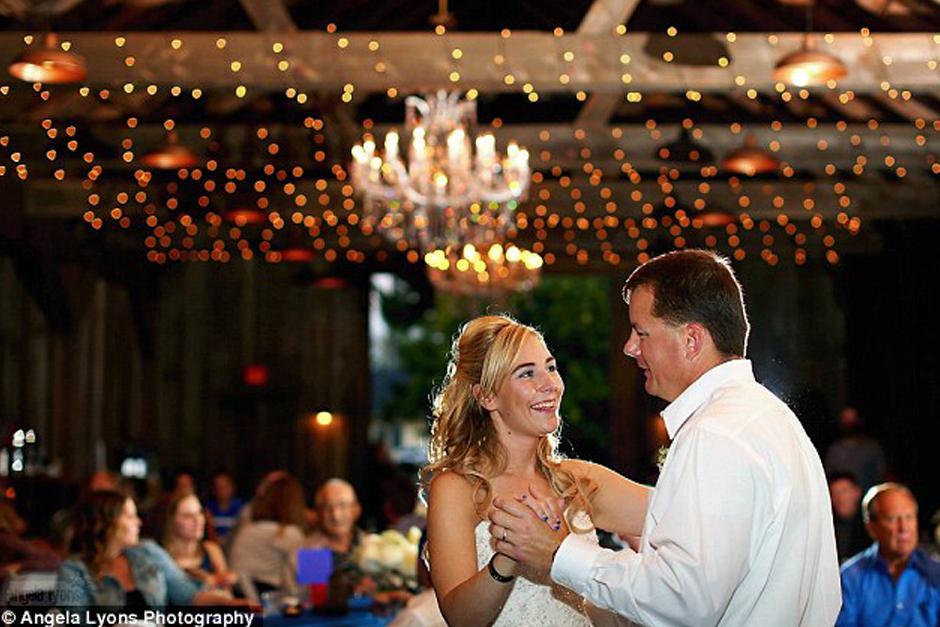 El primer oficial en bailar con la novia. (Foto:DailyMail)