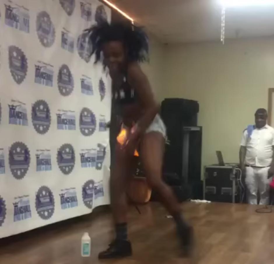 La chica no midió la cantidad de alcohol y no logra controlar el fuego. (Captura de pantalla: Thrill Blender/YouTube)
