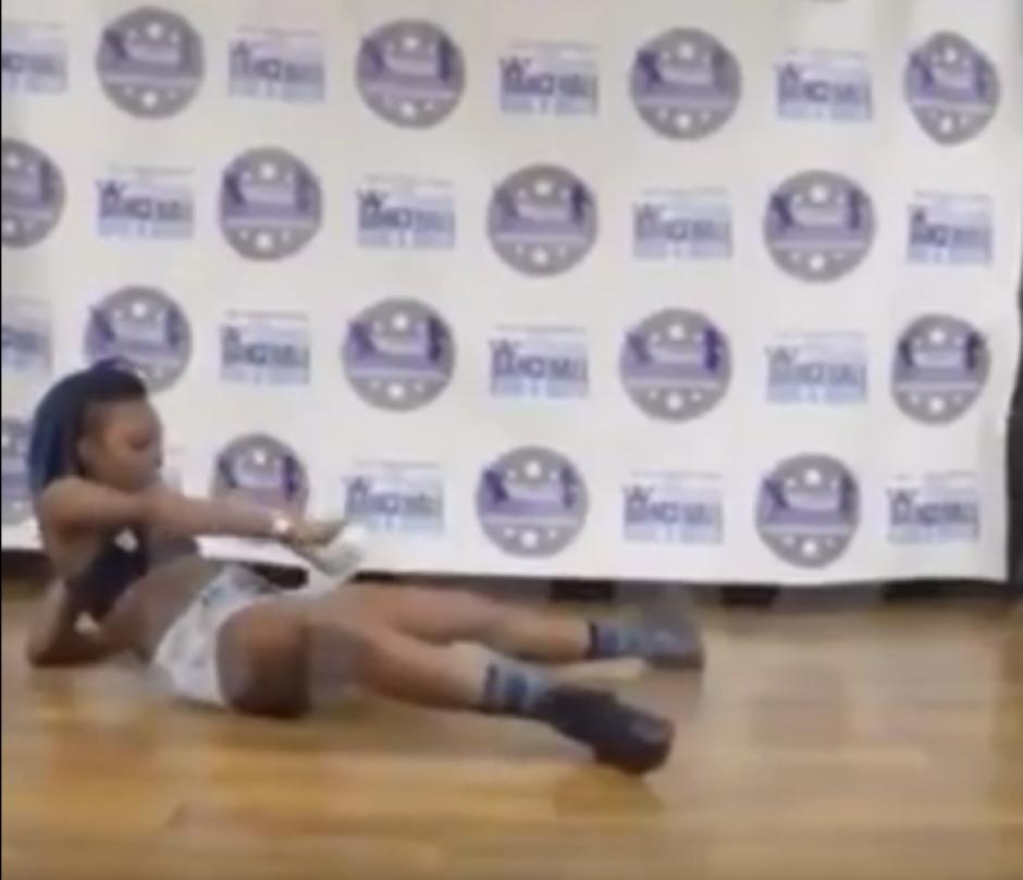 La chica se acuesta sobre el escenario y se rocía alcohol. (Captura de pantalla: Thrill Blender/YouTube)