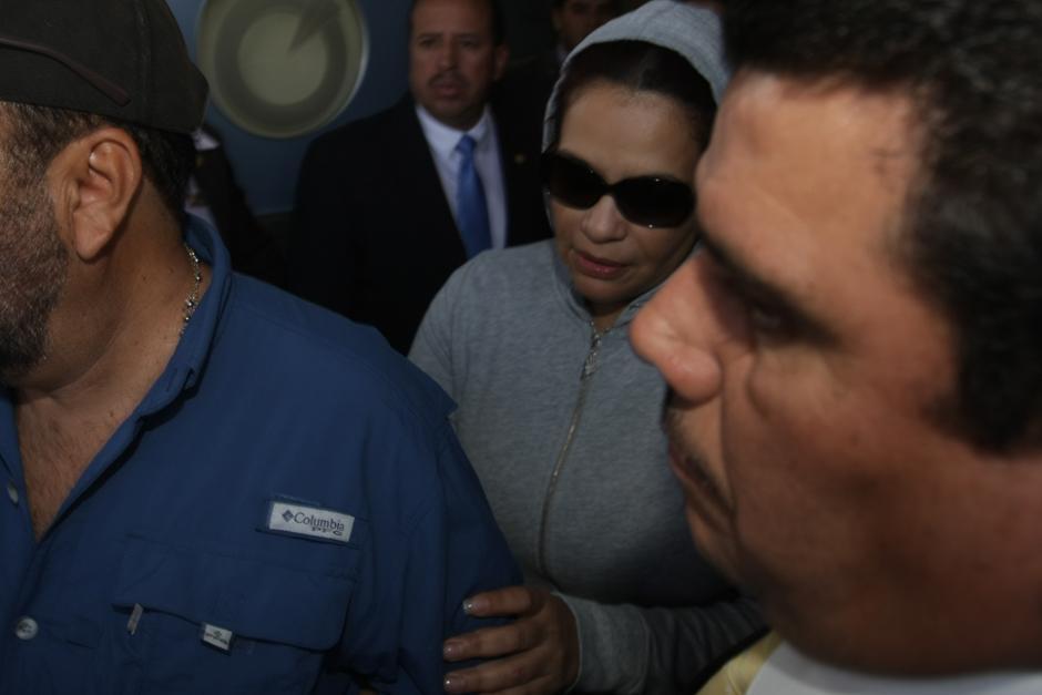 Custodiada por un fuerte dispositivo de seguridad, la vicepresidenta Roxana Baldetti abandona el hospital. (Foto: Luis Barrios/Soy502)