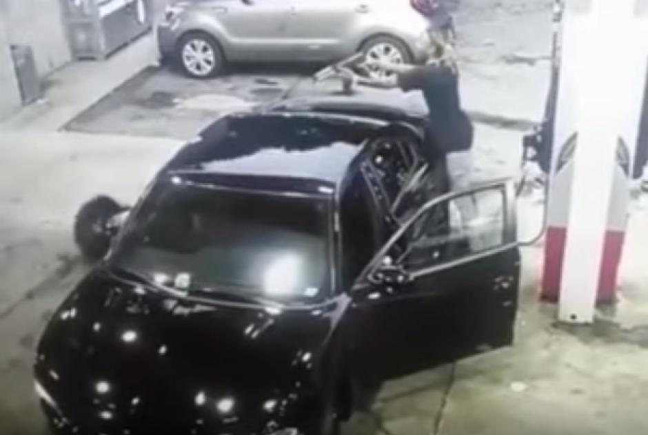 Dos hombres se enfrentan a balazos en una gasolinera.  (Foto: Captura de YouTube)