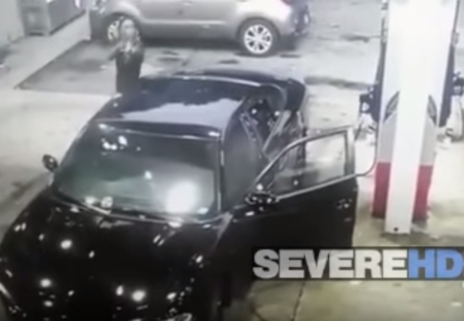 Aparentemente el otro hombre habría provocado al conductor del vehículo.  (Foto: Captura de YouTube)