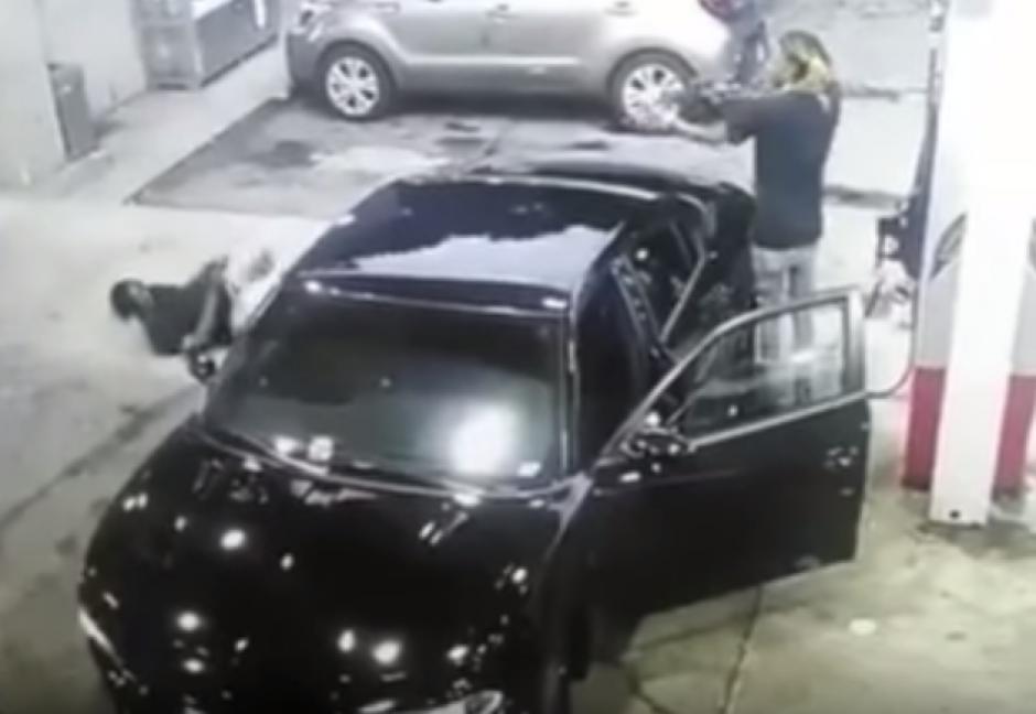 El conductor del vehículo portaba un fusil de asalto.  (Foto: Captura de YouTube)