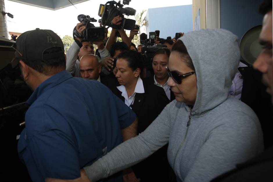 Roxana Baldetti al momento de su salida del Hospital donde fue atendida por las supuestas lesiones sufridas con cal la tarde del martes. (Foto: Luis Barrios/Soy502)