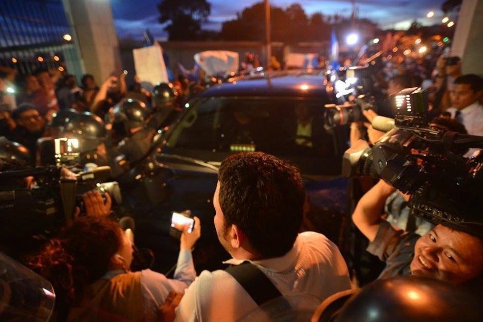 Decenas de personas en las afueras del cuartel Matamoros antes del ingreso de Roxana Baldetti. (Foto: Wilder López/Soy502)