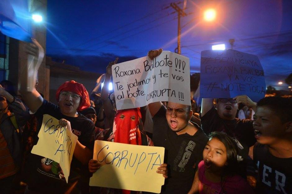 Con pancartas y banderas de Guatemala varias personas recibieron con rechazo a la exvicemandataria Roxana Baldetti en Matamoros. (Foto: Wilder López/Soy502)