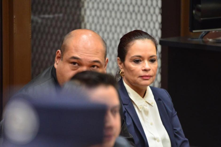 La exvicepresidenta Roxana Baldetti escucha los audios de la estructura La Línea, por la que está señalada de tres delitos. (Foto: Jesús Alfonso/Soy502)