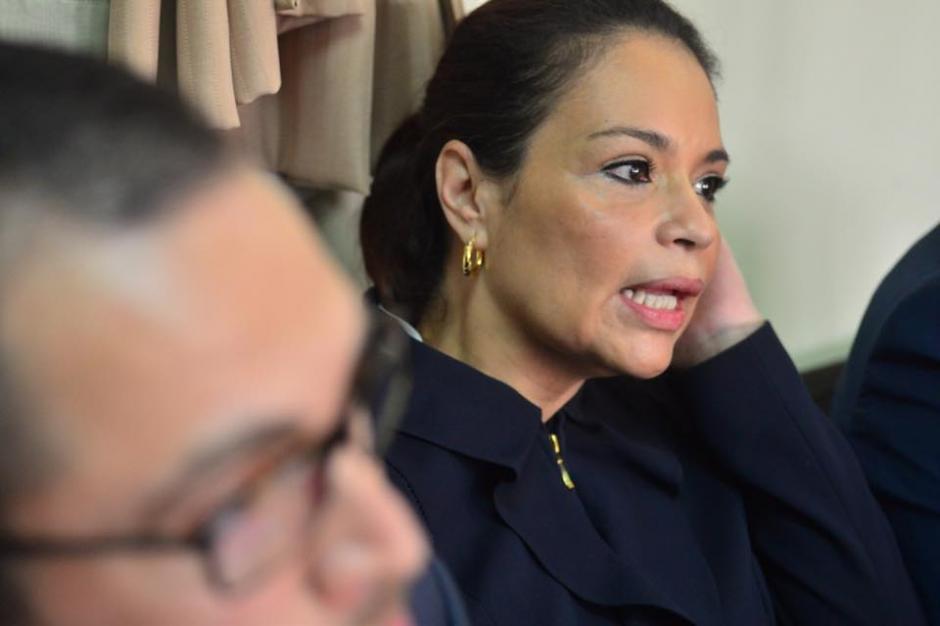 La exfuncionaria habló con los medios de comunicación que se encuentran en Torre de Tribunales. (Foto: Wilder López/Soy502)