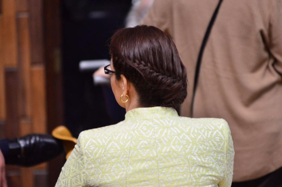 Con el cabello trenzado llegó la exvicemandataria Roxana Baldetti. (Foto: Jesús Alfonso/Soy502)