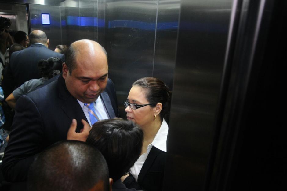 Acompañada de uno de sus abogados Baldetti aguarda la audiencia. (Foto: Alejandro Balan/Soy502)